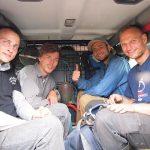 Männer in einem Fahrzeug