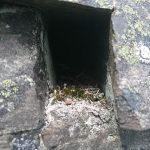 Rechteckiges Loch zwischen Felsen.